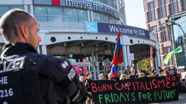 Klima-Demonstranten ziehen vor IAA-Gelände