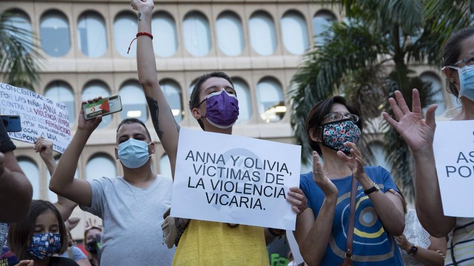 Viele Opfer: Demonstranten auf Teneriffa protestieren am Freitag gegen Gewalt, die über die Kinder auch die Mütter treffen soll.