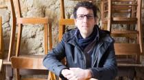 Faible für Sitzmöbel mit Geschichte: Jörg Astheimer umgeben von Frankfurter Stühlen
