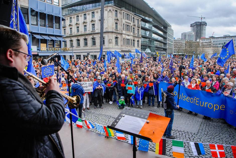 """""""Lasst uns diesen Frieden sichern, lasst uns für Europa sein"""": Der größte Chor Frankfurts stimmt die Europahymne in der Pulse of Europe-Version an."""