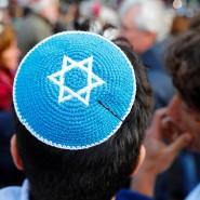 Keine Kippa mehr auf deutschen Straßen? Antisemitische Angriffe würden Juden zurückhaltender machen, sagt Gady Gronich von der Europäischen Rabbinerkonferenz.