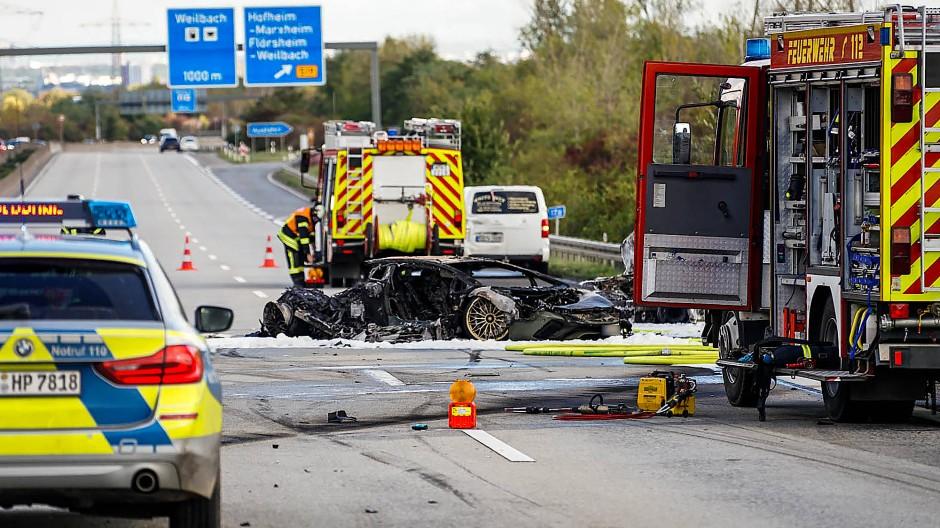 Ausgebrannte Autowracks: Den Unfall auf der Autobahn 66 bei Hofheim hat eine 71 Jahre alte Frau nicht überlebt.