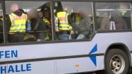 Abgelehnte Asylbewerber aus Tunesien auf dem Weg zu dem Flugzeug, das Sie von Leipzig aus zurück in die Heimat bringen soll.