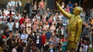 Goldener Erdogan: Statue des umstrittenen türkischen Präsidenten auf dem Platz der Deutschen Einheit