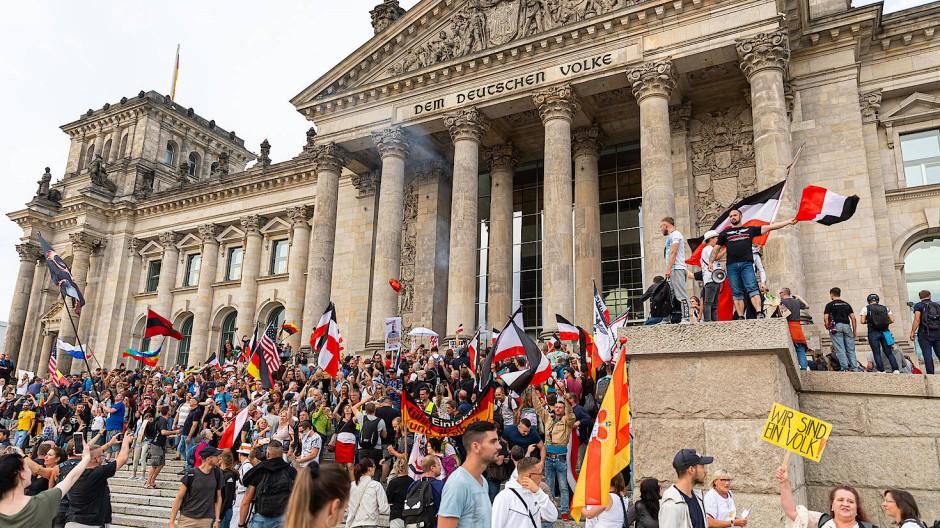 Mit Reichsflaggen: Teilnehmer einer Kundgebung gegen die Corona-Maßnahmen Ende August 2020 stehen vor dem Reichstagsgebäude.