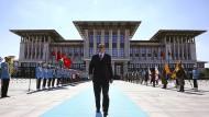 Demonstrative Stärke: Staatschef Erdogan vor dem Präsidentenpalast in Ankara