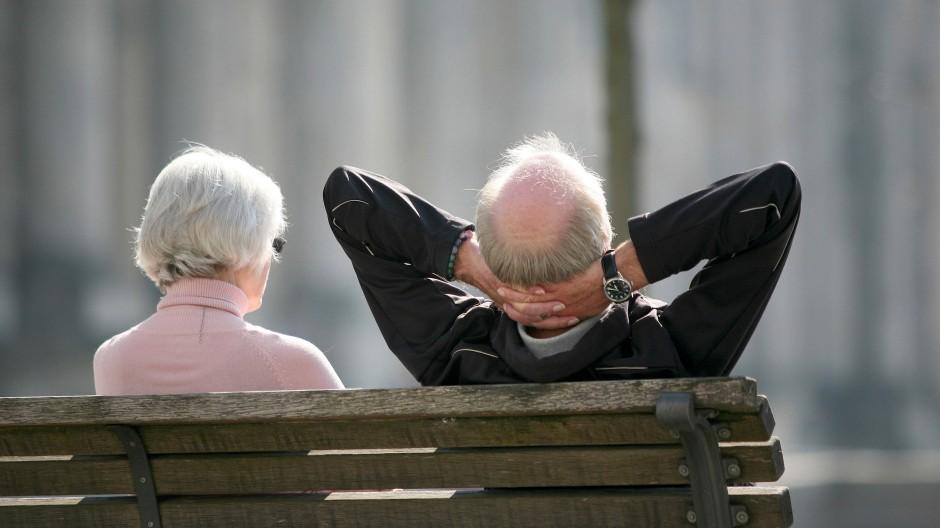 Zwei Rentner genießen die Sonne in Berlin: Für große Reisen reicht die Grundrente allein nicht.