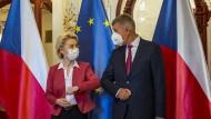 Schwieriges Verhältnis zu Brüssel: Tschechiens Ministerpräsident Andrej Babiš (hier mit EU-Kommissionspräsidentin Ursula Von der Leyen am Montag in Prag) ist mit Vorwürfen konfrontiert, EU-Subventionen erschlichen zu haben.