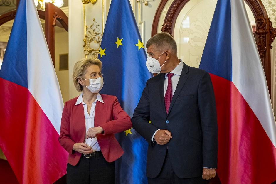Schwieriges Verhältnis zu Brüssel: Der tschechische Ministerpräsident Andrej Babiš (hier mit EU-Kommissionspräsidentin Ursula von der Leyen am 19. Juli 2021 in Prag) ist mit Vorwürfen konfrontiert, EU-Subventionen erschlichen zu haben.