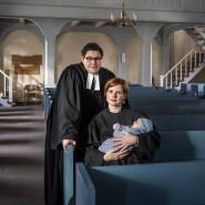 Ellen (35, rechts) und Stefanie Radke (35) mit Ihrer Tochter Fides in der St. Jakobi Kirche in Eime
