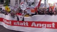 Tausende demonstrieren gegen Überwachung