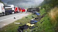 Trümmerteile an der Unfallstelle auf der A9 zwischen Bad Lobenstein und Schleiz