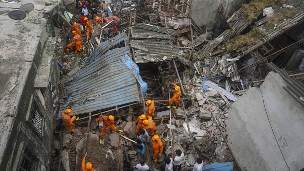Suche nach Überlebenden in Trümmern