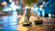 """Abgelaufene Mode"": Zurückgelassene Schuhe am Straßenrand in Frankfurt"