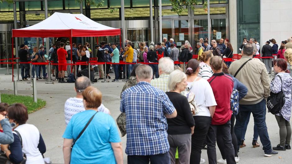 """""""Impfen ohne Anmeldung"""": Mit niederschwelligen Angeboten (wie hier vor dem Kongresshaus in Salzburg)  versucht Österreich, die Impfquote zu erhöhen."""
