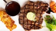 Keine Schnörkel, Hauptsache Fleisch: Rib Eye Steak mit Sauce Bordelaise im Steakhouse Miller & Carter.