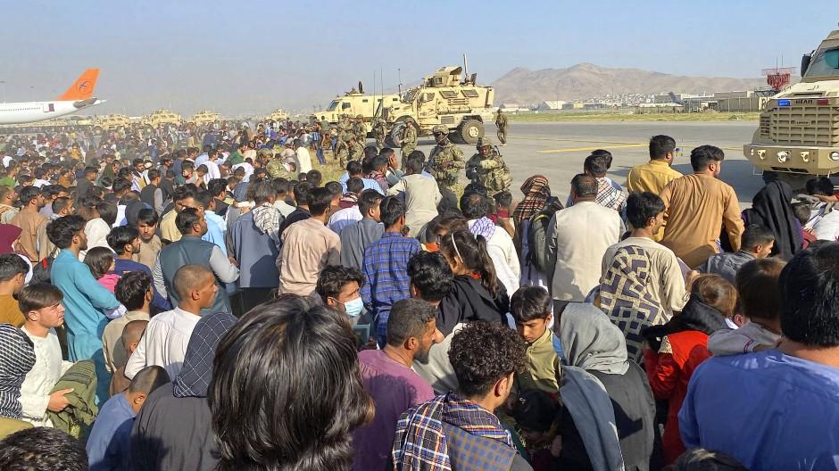 Chaos am Flughafen von Kabul: Menschen rannten aus Angst vor den Taliban auf die Flugbahn.