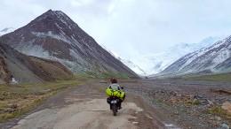 Rentnerin fährt mit Motorrad nach Asien