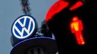 VW-Aktionäre  müssen wegen drohender Milliardenstrafen im Abgasskandal mit einem Ausfall der Dividende rechnen.