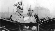 Reichskanzler Theodor von Bethmann-Hollweg (l.) wurde von Linken und Rechten aufgefordert, seine Friedensziele klar zu benennen. Aufnahme von 1910.