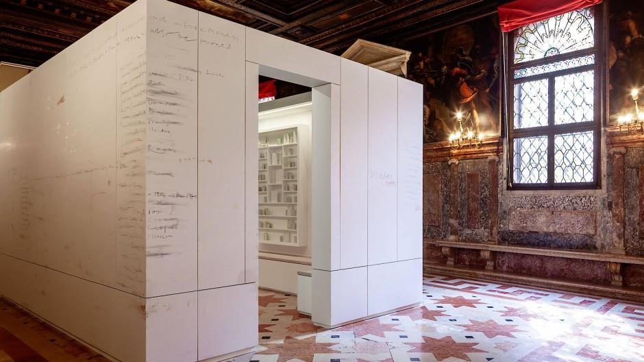 """Wie verblassende Namen auf Grabsteinen: Edmund de Waals beschriftete """"Bibliothek des Exils"""" im Ateneo Veneto"""