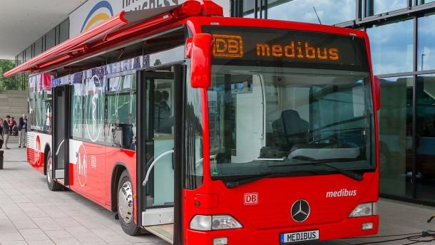 Mobile Arztpraxis in umgebautem Bus wird vorgestellt