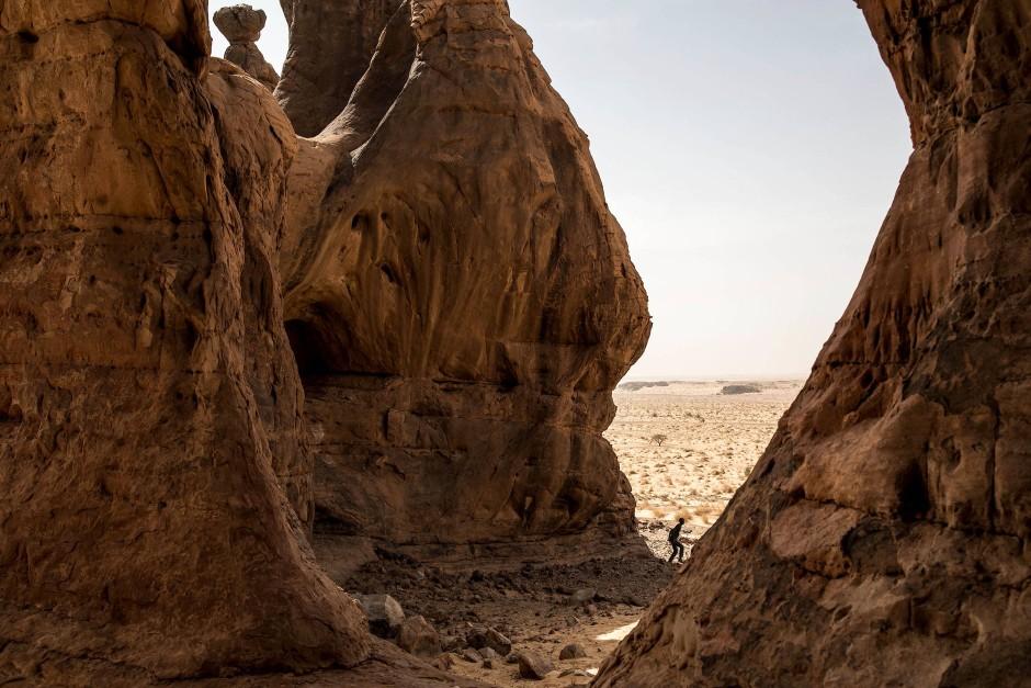 Eine Person steht in der alten Felsformation von Makhrouga - dem Elefantenfelsen.