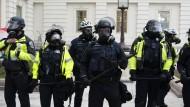 Nicht martialisch auftreten: Die Kapitol Polizei in Washington am Mittwoch