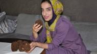 Symbole: Die Kunststudentin Sara Osman Nouri mit Nelkenäpfeln