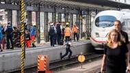 Vom Zug überrollt: Ein Junge soll am Frankfurter Hauptbahnhof von einem Mann auf die Gleise gestoßen worden sein.