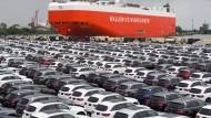 Donald Trump fährt nicht auf sie ab. Mercedes-Autos vor ihrer Verschiffung in Bremerhaven