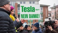 Ende Januar im brandenburgischen Grünheide: Demonstrierende protestieren gegen die geplante Ansiedlung des Automobilherstellers Tesla.