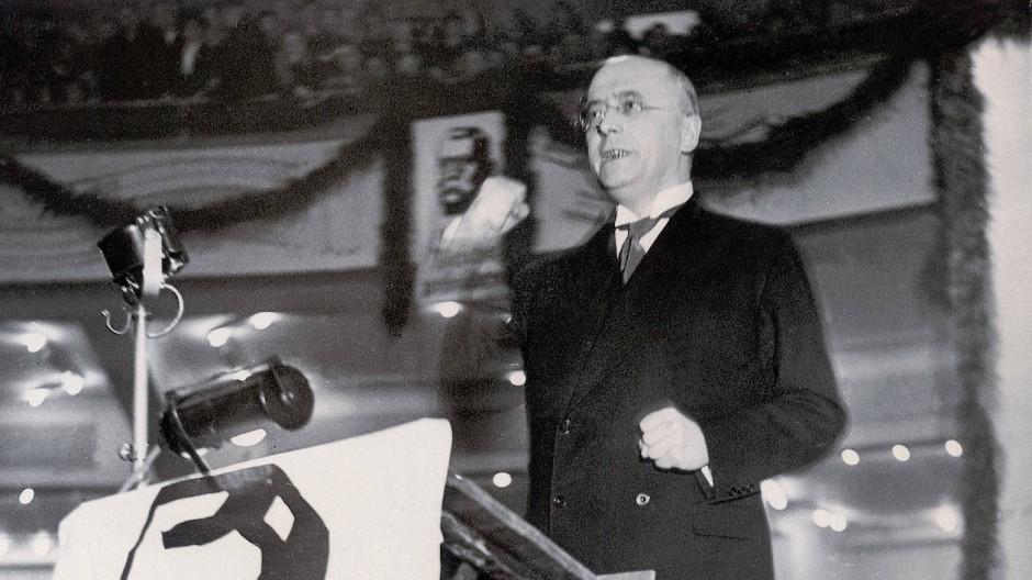 Reichskanzler Heinrich Brüning spricht bei einer Hindenburg-Kundgebung im Sportpalast in Berlin im Jahr 1931.