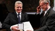 Alt-Bundespräsident Joachim Gauck  erhält von seinem Vorgänger Horst Köhler den Hayek-Preis.