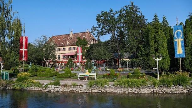 Schloss Balthasar mit angrenzendem Rosengarten im Deutschen Themenbereich.