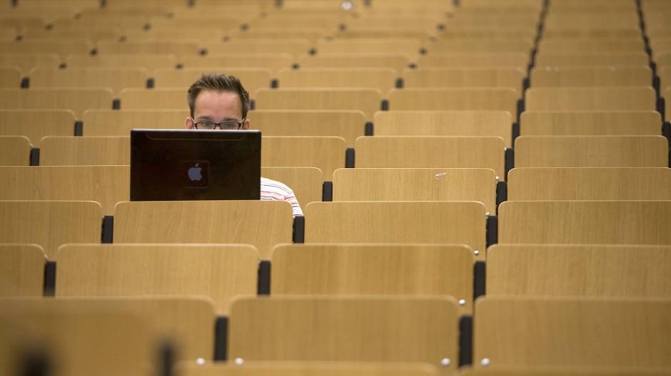 So funktioniert digitales Lernen nicht: Durch Videos von Vorlesungen, PDF-Dateien und Powerpoint-Präsentationen im Netz kommen Studierende nicht mehr in die Uni. Es muss sich etwas tun.
