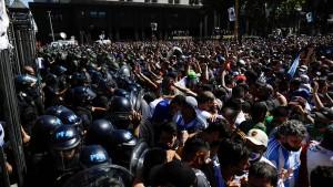 Ausschreitungen bei Totenwache für Maradona