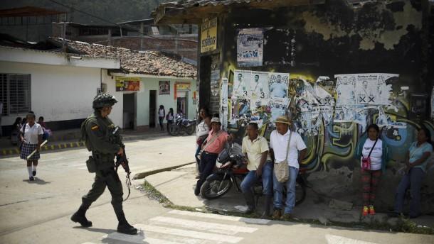 Guerrilla-Kämpfer am Hotelpool