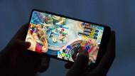 """100 Millionen Chinesen zocken regelmäßig auf dem Handy, am liebsten das Spiel """"Honor of Kings"""" von Tencent. Außerhalb des Landes heißt es """"Arena of Valor"""" und ist nicht so erfolgreich."""
