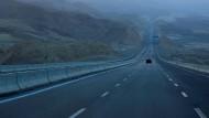 """Hubert Achleitners Roman """"flüchtig"""" setzt auf  Roadtrip-Charme, die Handlung aber in den Sand."""