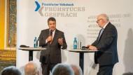 Klare Kante: Sigmar Gabriel (links) antwortet auf Fragen von F.A.Z.-Herausgeber Werner D'Inka.
