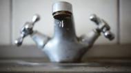 Wer kennt das nicht: Um die gewünschte Wohlfühltemperatur zu erreichen, musste man bei alten Wasserhähnen ordentlich schrauben. Im Smart Home funktioniert das heute vollautomatisch – und per Knopfdruck.