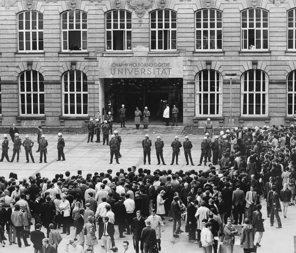 Polizisten riegeln den Uni-Eingang ab und überwachen nach dem Boykottaufruf des SDS die Immatrikulation.
