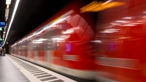 S-Bahn-Surfer fängt Feuer