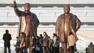 Die Kim-Familie wacht pausenlos über die Nordkoreaner. Was die Menschen in dem abgeschotteten Land wirklich denken, wissen wir nur aus den Erzählungen Geflüchteter.