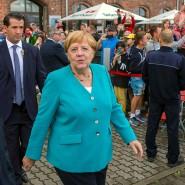 Gut gelaunt und erholt aus dem Urlaub: Bundeskanzlerin Angela Merkel nach ihrem ersten Auftritt nach der Sommerpause, hier in Stralsund