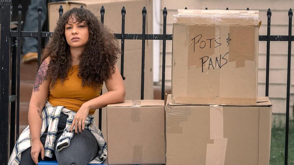 Seit Miles im Gefängnis sitzt, hat sie noch mehr Fragen zu klären und Alltagsschwierigkeiten zu stemmen: Jasmine Cephas Jones als Ashley