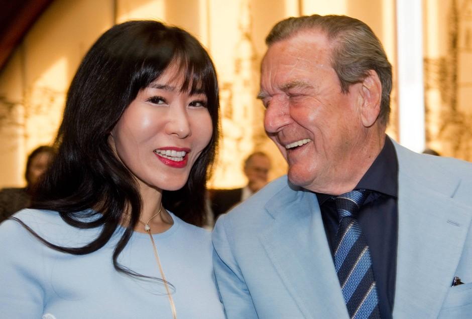 Er darf Golf spielen, während sie arbeiten muss: Altkanzler Schröder mit seiner Gattin Schröder-Kim.