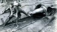 """Matrosen laden ein deutsches U-Boot mit Torpedos. Die Versenkung der brasilianischen """"Parana"""" führte zum Abbruch der Beziehungen. Undatierte Aufnahme."""