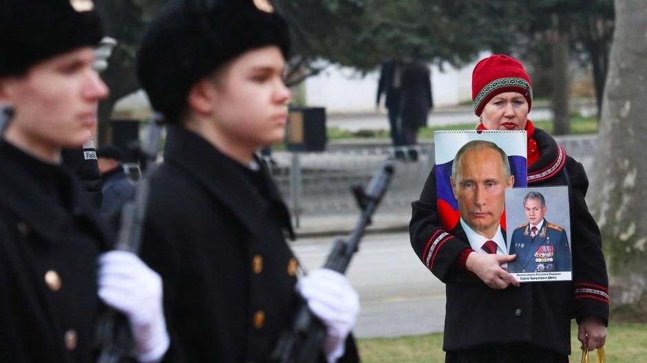 Junge Soldaten und eine Verehrerin von Präsident Putin und Verteidigungsminister Schoigu in Sewastopol